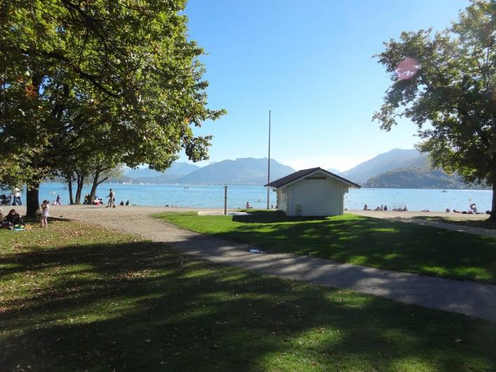 Location de vacances - Appartement à Annecy-le-Vieux - alentour proche de la location (plage surveillée du lac)