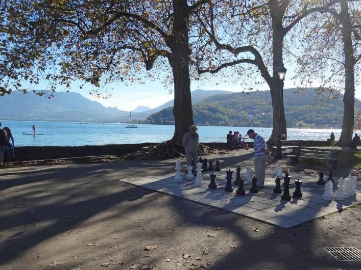 Location de vacances - Appartement à Annecy-le-Vieux - Échiquier géant disponible dans le parc de l'impérial palace