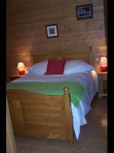 Location de vacances - Appartement à Combloux - Chambre grand lit avec armoire et commode.