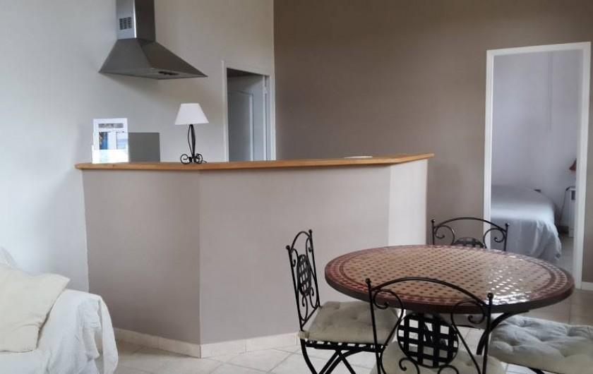 """Location de vacances - Appartement à La Londe-les-Maures - Salon avec cuisine américaine de notre gîte """"Les Néfliers"""""""