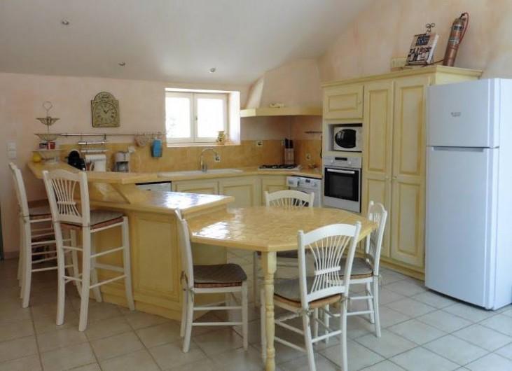 Location de vacances - Appartement à La Londe-les-Maures - Cuisine américaine aux couleurs provençales.