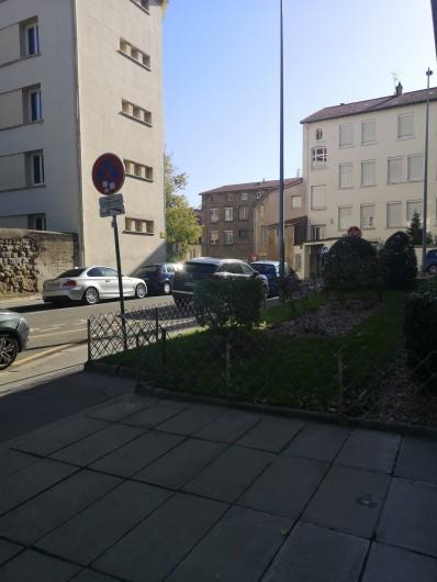 Location de vacances - Appartement à Saint-Étienne - vue de dehors a 5 minutes de Jean jaures dans cette direction