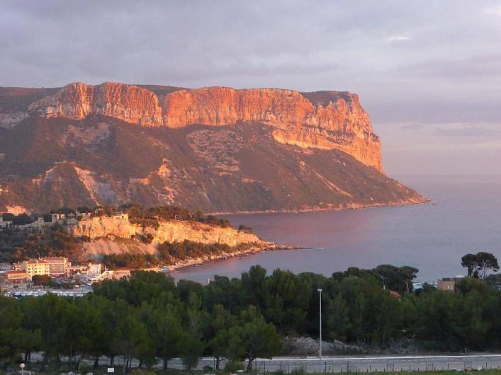 Location de vacances - Appartement à Cassis - La vue  du balcon, le cap Canaille le soir.
