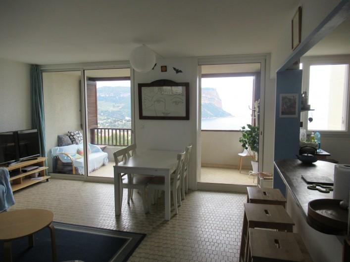 Location de vacances - Appartement à Cassis - Le séjour et le balcon