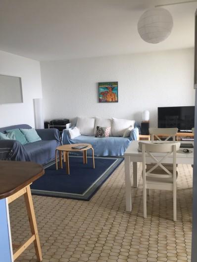 Location de vacances - Appartement à Cassis - Les canapés, la table, le télévision