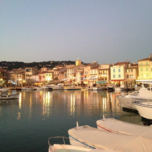 Location de vacances - Appartement à Cassis - Le port de Cassis le soir