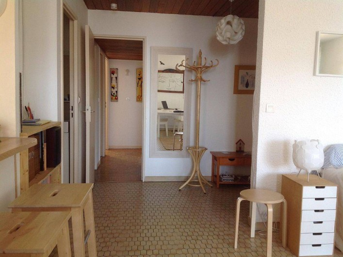 Location de vacances - Appartement à Cassis - L'entrée et le couloir vers les chambres