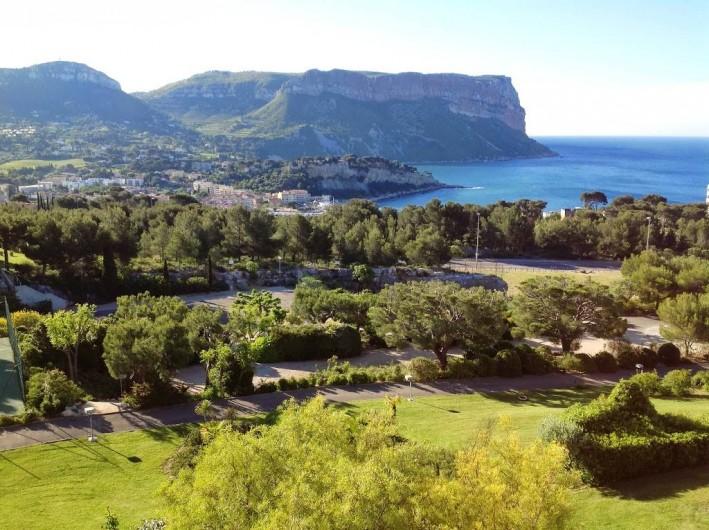 Location de vacances - Appartement à Cassis - Les jardins, la mer, le cap Canaille et le village de Cassis