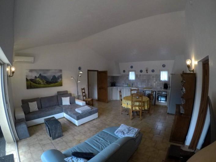 Location de vacances - Villa à Sainte-Maxime - Grand salon et la cuisine