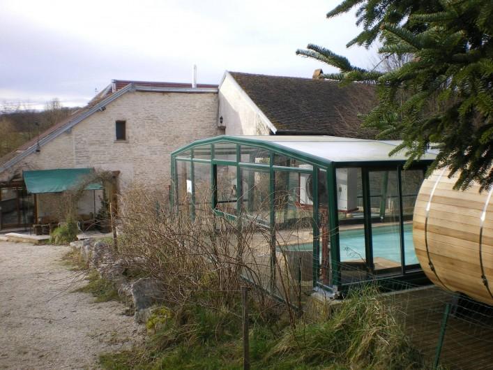 Location de vacances - Gîte à Sorans-lès-Breurey - abords du gite avec terrasse + piscine à proximité.