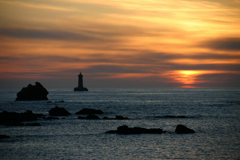 Location de vacances - Gîte à Lanildut - Coucher de soleil au phare du four à 5 kms
