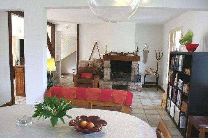 Location de vacances - Maison - Villa à Pléneuf-Val-André - grand espace très clair: salle à manger, salon  bibliothèque (livres, BD...)