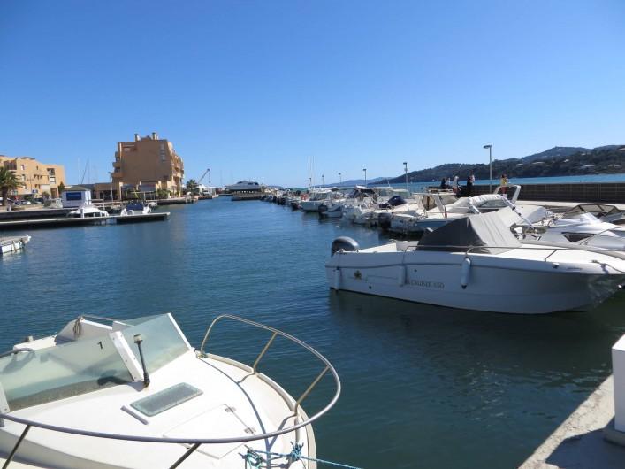 Location de vacances - Studio à La Favière - vue sur le port