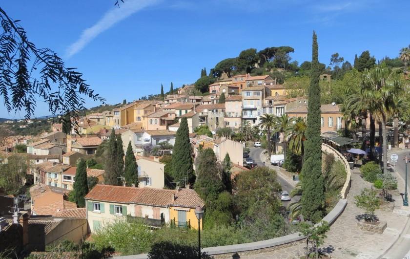 Location de vacances - Studio à La Favière - vue sur le vieux village de bormes