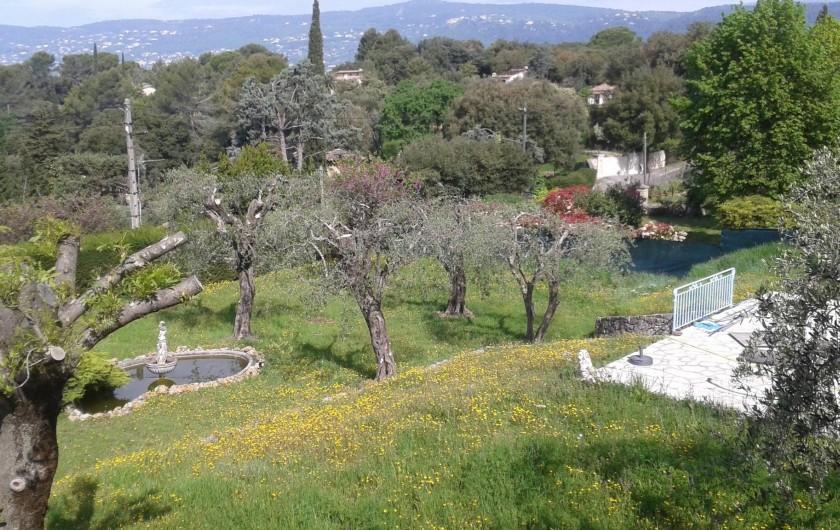 Location de vacances - Villa à Grasse - Vue depuis le premier étage sur une partie de la propriété