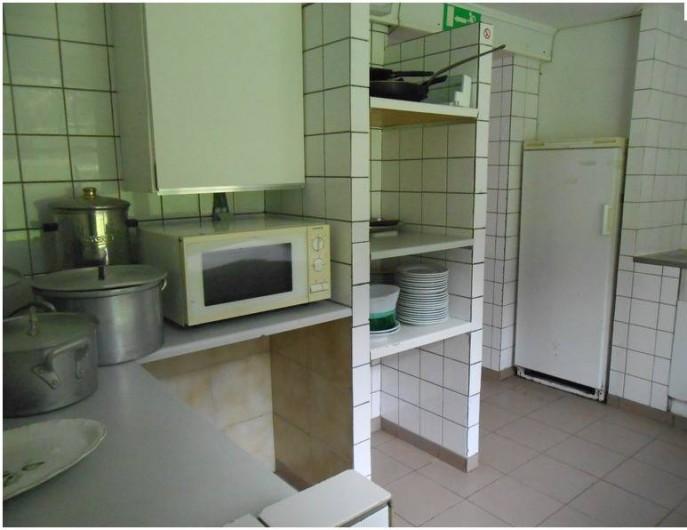 Location de vacances - Gîte à Dinant - La petite cuisine du bâtiment d'hébergement avec microonde et frigo