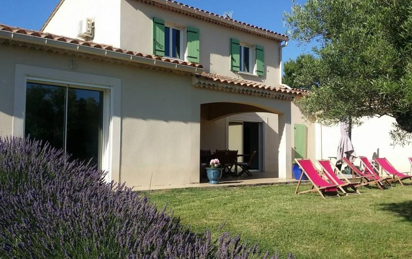 Location de vacances - Villa à Saint-Gély - De nombreux transats Tables pour grands et pour petits si nécessaire
