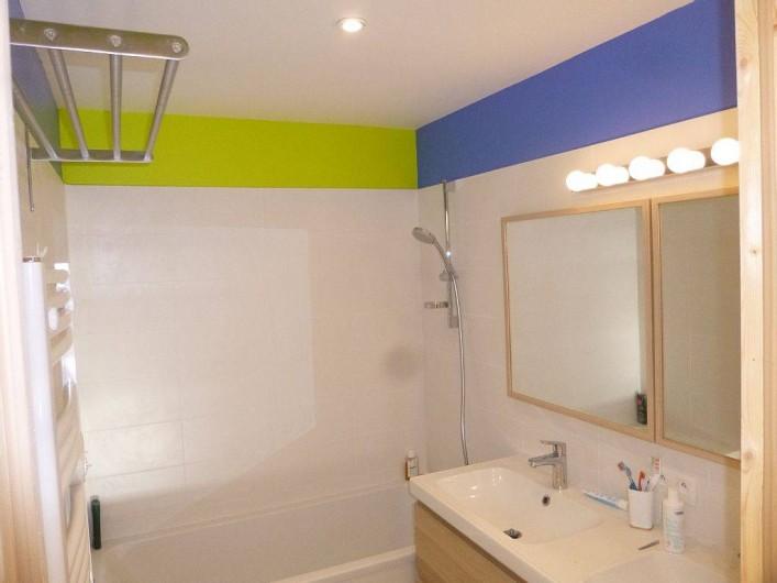 Location de vacances - Appartement à Samoëns - Salle de bain  : baignoire  de 160  .  Ensemble de 2 lavabos