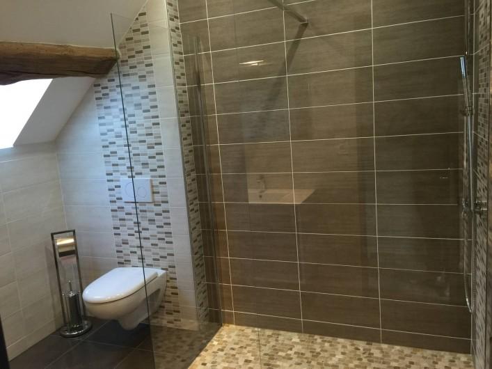 Location de vacances - Gîte à Meursault - Salle de bain avec douche à l'italienne .