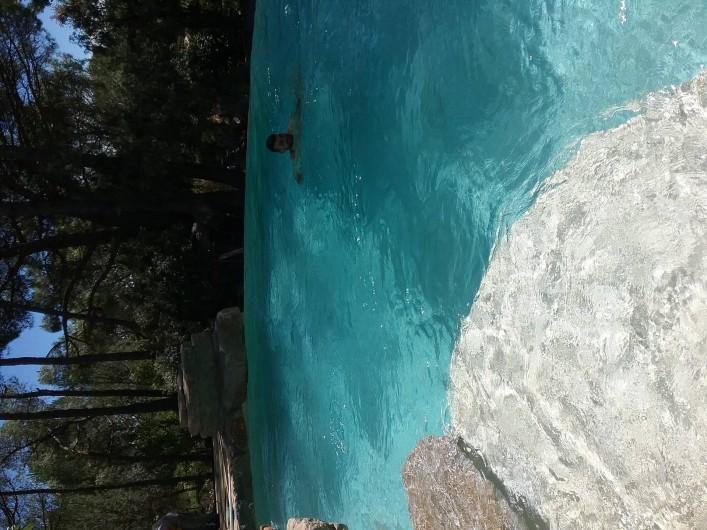 Location de vacances - Gîte à Vidauban - Piscine avec jacuzzi a débordement .en pierre naturelle