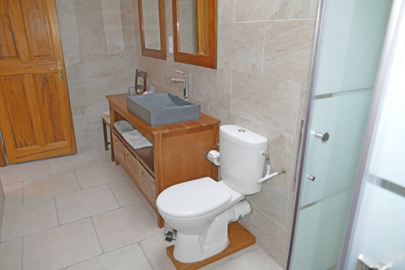 Location de vacances - Gîte à Vidauban - Salle d'eau de la chambre au premier étage