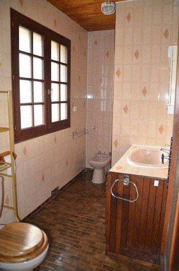 Location de vacances - Gîte à Prats-de-Carlux - Salle de bain avec douche au fond à droite