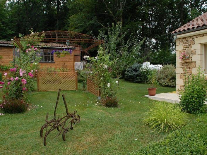 Location de vacances - Gîte à Prats-de-Carlux - Jardin devant gite