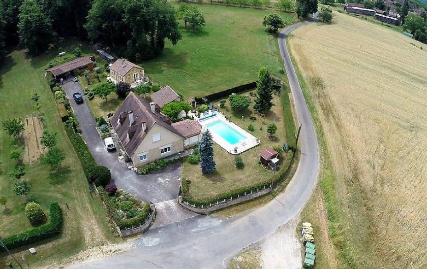Location de vacances - Gîte à Prats-de-Carlux - Au 1er plan notre maison avec la piscine ..Gite au fond à droite .