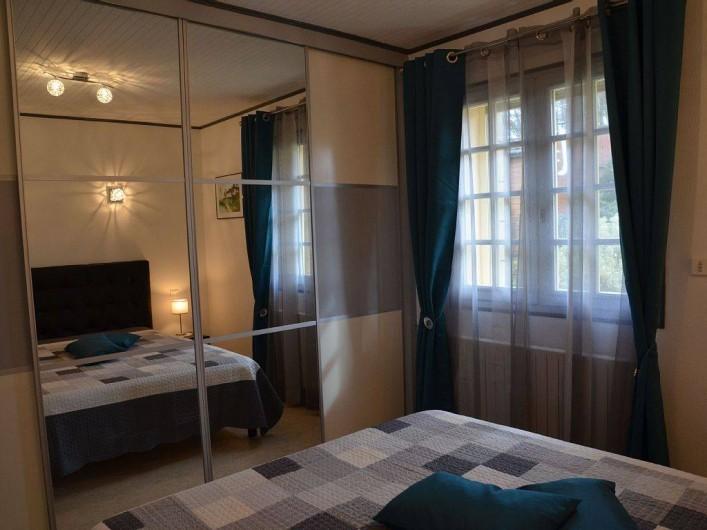 Location de vacances - Gîte à Prats-de-Carlux - Chambre avec grandes penderie et rangements (tiroirs ,étagères)