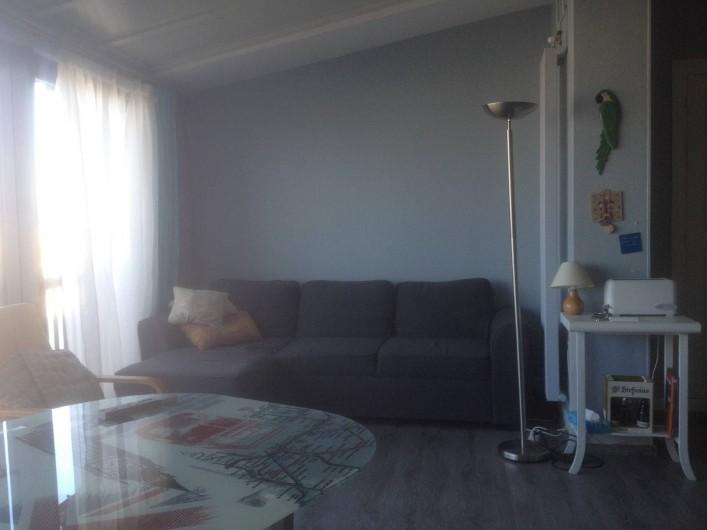 Location de vacances - Appartement à Le Touquet-Paris-Plage - Au fond le sofa au premier plan la table ou l'on déjeune,petit déjeune,dîne