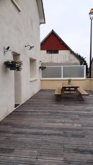 Location de vacances - Gîte à Liesville-sur-Douve - TERRASSE AVEC TABLE D'EXTÉRIEURE