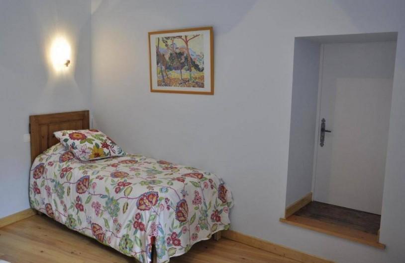 Location de vacances - Gîte à Saint-Julien - Un lit simple dans la chambre Campagne du gîte Le Vigneronnage