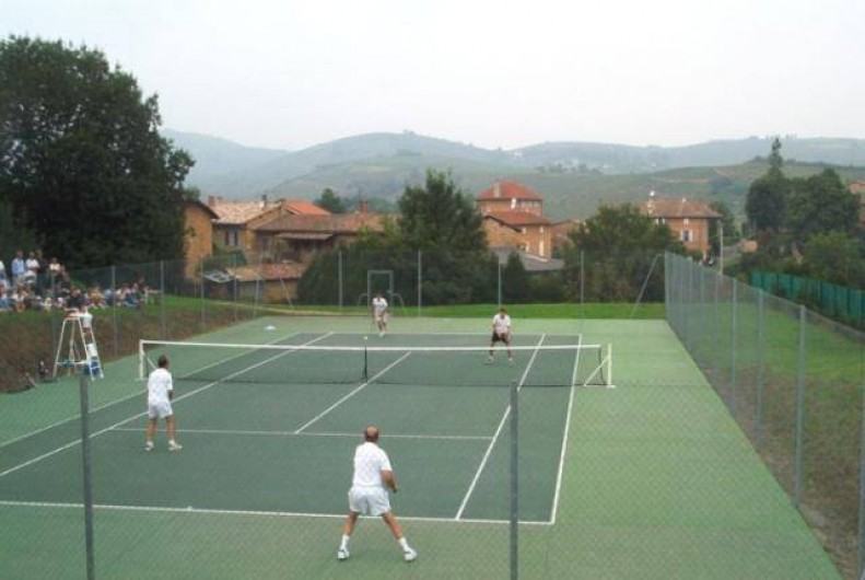 Location de vacances - Gîte à Saint-Julien - Le tennis  au Château du Jonchy à St Julien dans le Rhône (France)