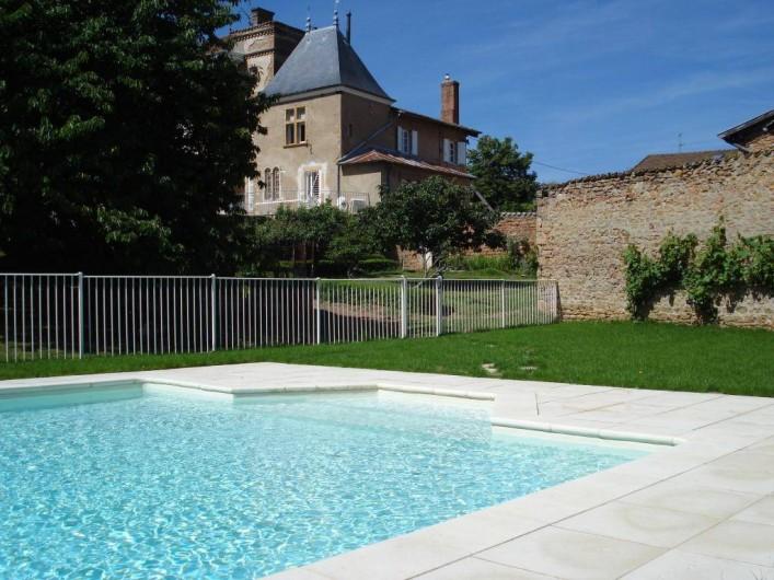 Location de vacances - Gîte à Saint-Julien - La piscine  au Château du Jonchy à St Julien dans le Rhône (France)