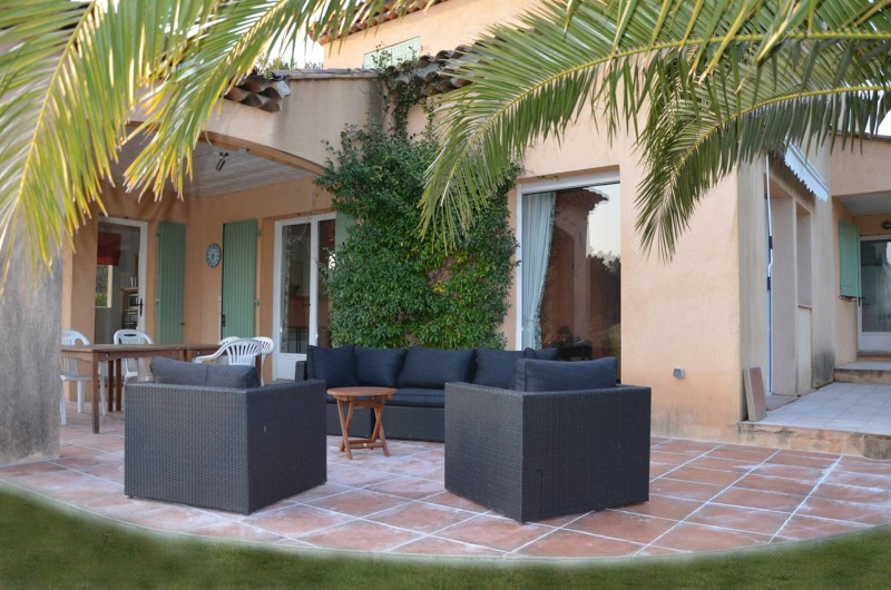 Location de vacances - Villa à Saint-Raphaël - terrasse avec salon de jardin