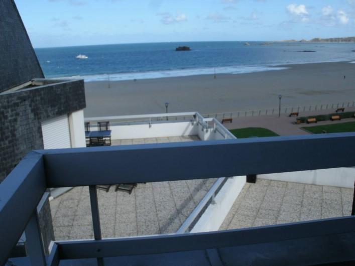 Location de vacances - Appartement à Perros-Guirec - balcon vue mer sur le côté