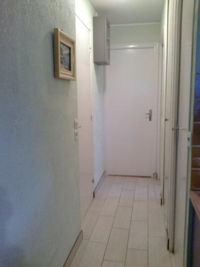 Location de vacances - Appartement à Perros-Guirec - couloir donnant sur les différentes pièce au fond la chambre