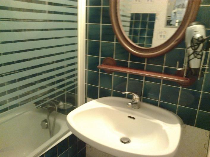 Location de vacances - Appartement à Perros-Guirec - salle de bain lavabo