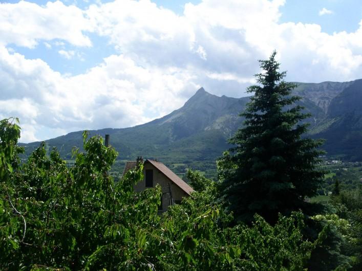 Location de vacances - Chalet à Saint-Bonnet-en-Champsaur - Vue du balcon  chaîne de montagne de l'aiguille
