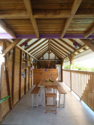 Location de vacances - Gîte à Saint-François - Le grand carbet bordant la piscine où l'on vous sert le petit déjeuner