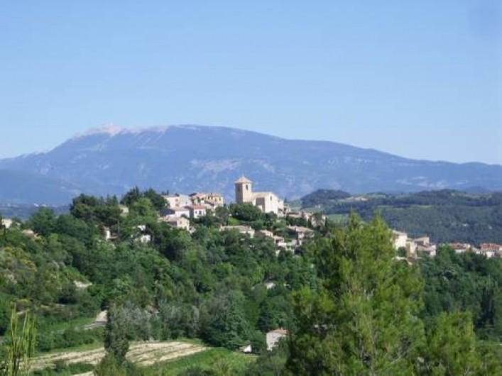 Location de vacances - Gîte à Vinsobres - Notre Village, avec le Mont-Ventoux en arrière plan