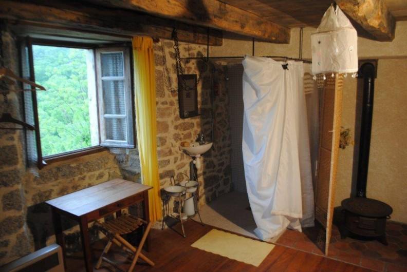 Location de vacances - Gîte à Florentin-la-Capelle - Coin toilette (lavabo, douche, WC) dans la chambre 1