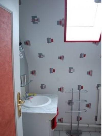 Location de vacances - Chambre d'hôtes à Cauville-sur-Mer - Salle de bains de la chambre Myosotis