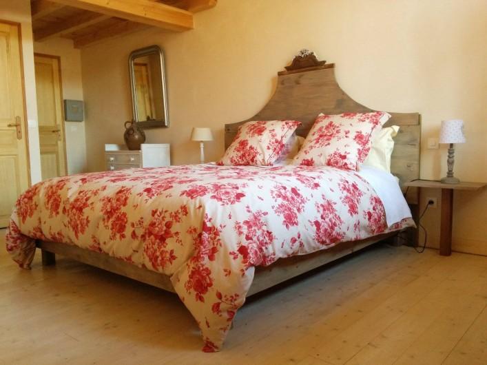 """Location de vacances - Chambre d'hôtes à Bertrambois - Chambre """"Les mille roses"""" avec le lit king size, capacité de 4 personnes."""