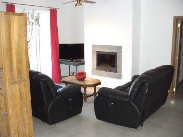 Location de vacances - Gîte à Ouffet - coin salon et feu a bois