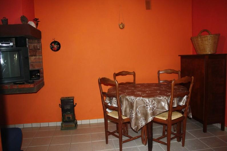 Location de vacances - Maison - Villa à Pietrosella - Petit salon avec table, chaises, téléviseur, clic-clac 2 places.