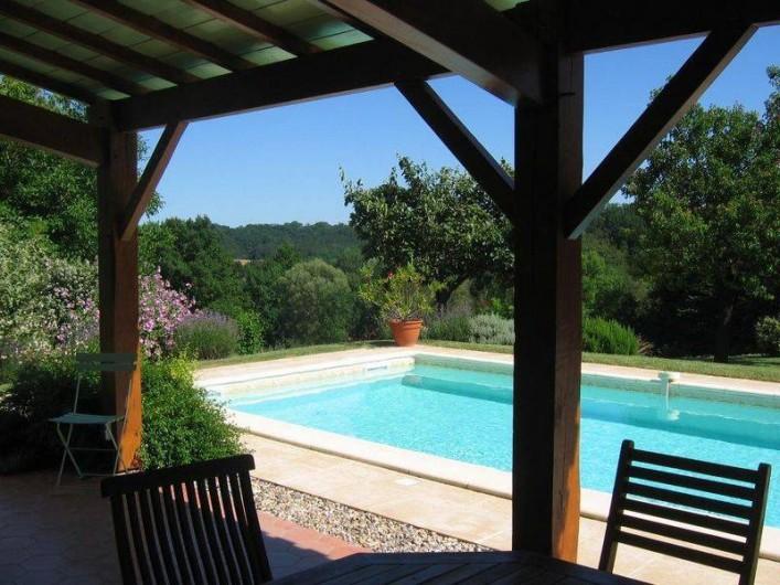 Location de vacances - Gîte à Conne-de-Labarde - Piscine et terrasse