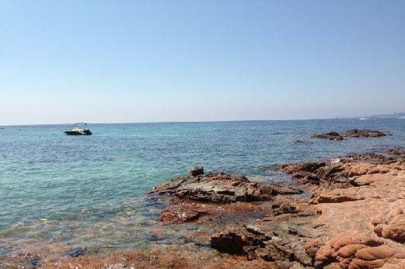 Location de vacances - Appartement à Porto-Vecchio - Plage de Cala Rossa accessible à pied.