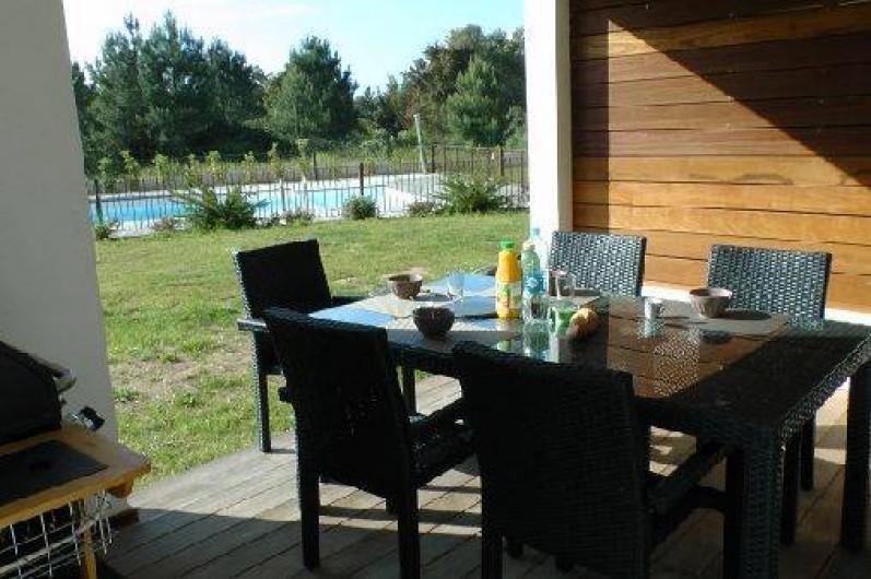 Location de vacances - Appartement à Porto-Vecchio - Terrasse ombragée devant la piscine...