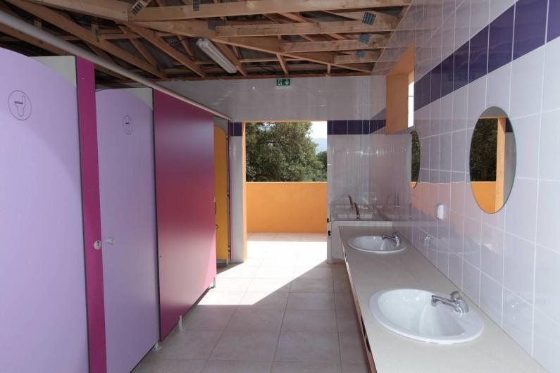 Location de vacances - Bungalow - Mobilhome à Calvi - sanitaire camping